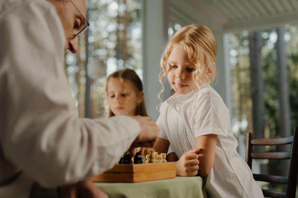 des-enfants-en-maternelle-jouent-aux-echecs