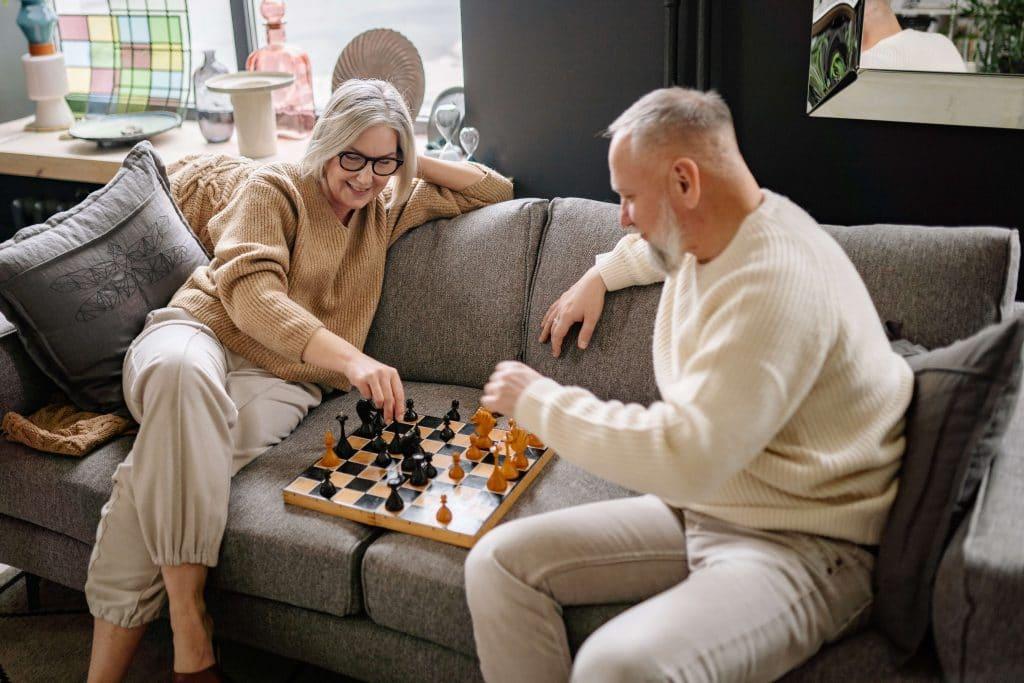 des-seniors-jouent-aux-echecs