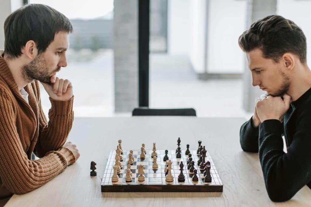 deux-joueurs-d-echecs-s-affrontent-et-font-travailler-leur-cerveau