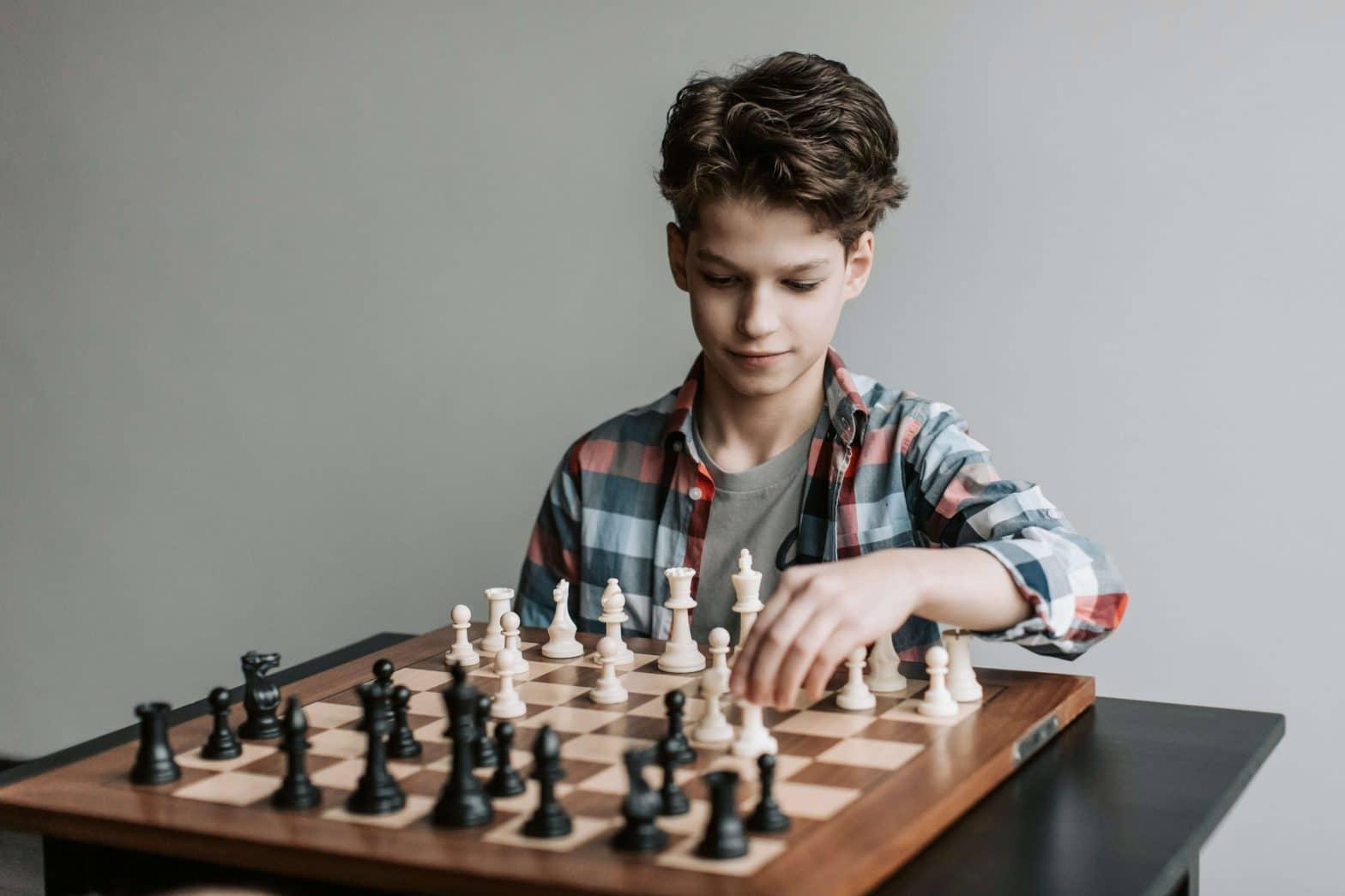 un-jeune-garçon-joue-aux-echecs