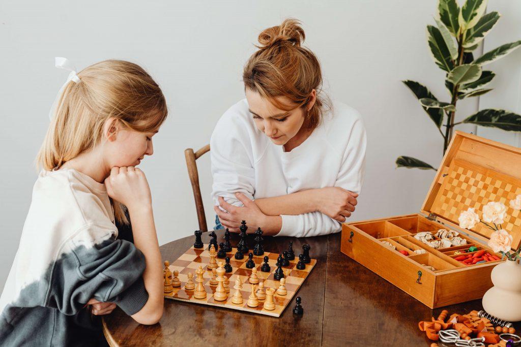 une-mere-et-sa-fille-jouent-aux-echecs-avec les règles du jeu