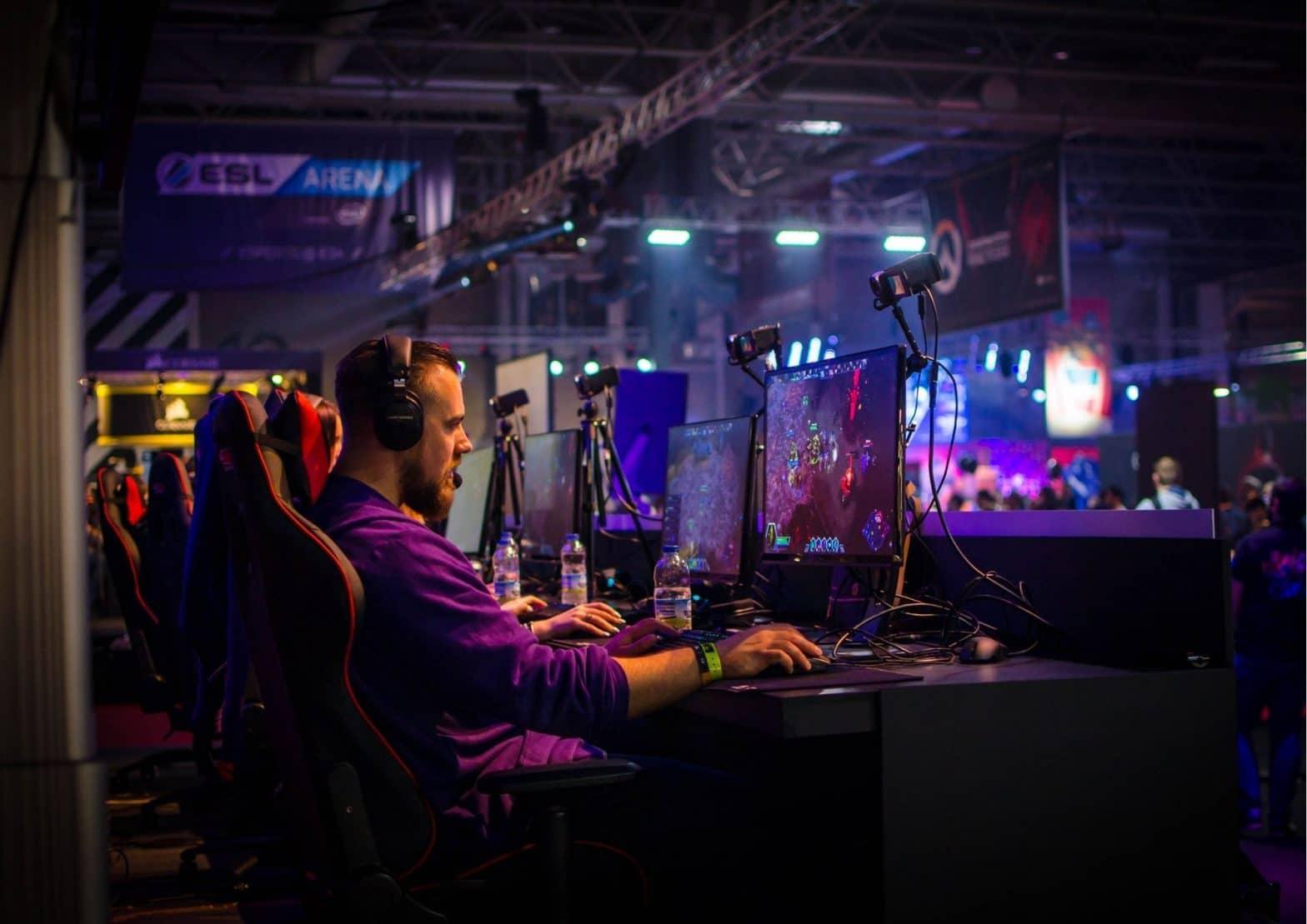 homme-jouant-a-un-jeu-video-sur-un-ordinateur